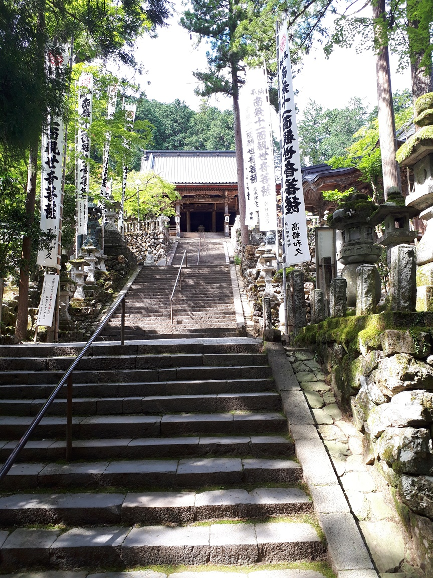 本堂への階段(華厳寺)